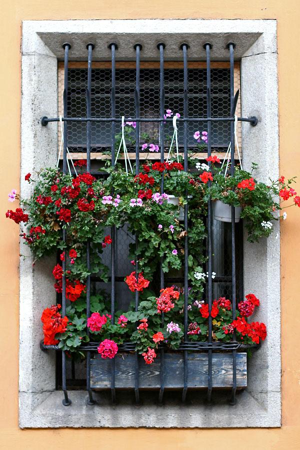 Балкончик на окно своими руками 32
